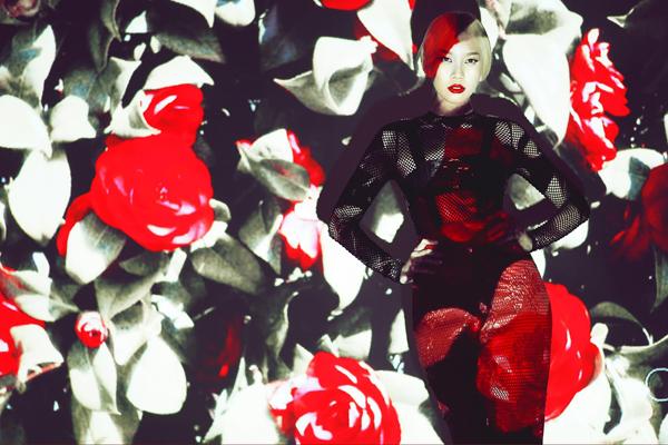 Bên cạnh các mẫu váy làm nổi bật nét sang trọng và quyến rũ cho người mặc, bộ sưu tập còn giới thiệu nhiều mẫu váy sexy được thiết kế trên chất liệu vải lưới.