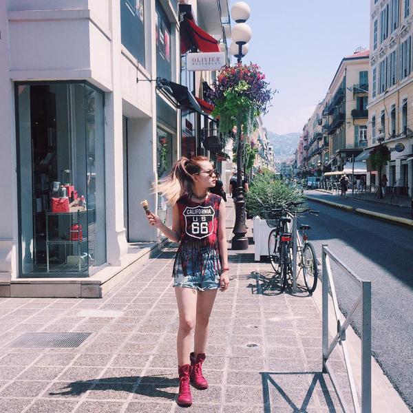 Cô nàng diện quần áo cá tính dạo phố Nice.