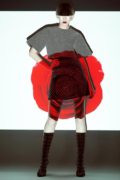 Bốt chiến binh trang trí đinh tán là phụ kiện được sử dụng để làm tăng thêm nét cá tính cho bạn gái khi sử dụng áo crop - top mix cùng chân váy ngắn.
