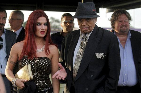Bố Michael Jackson bị nghi đột quỵ vì dùng viagra