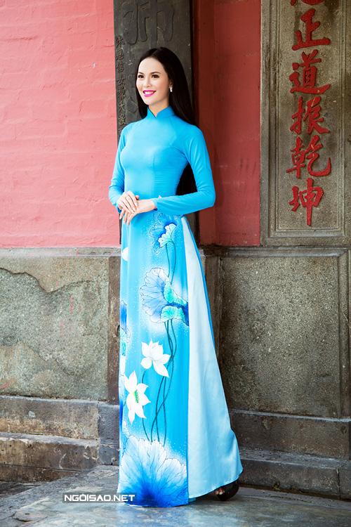 4 mẫu áo dài cưới vẽ hoa sen cho ngày vu quy