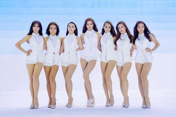 Ngọc Hà vừa quay xong MV mới 'What is love'. Trong một cảnh quay, nữ ca sĩ mặc ngắn cũn, khoe đôi chân thon thả, dài miên man bên cạnh các nữ vũ công.
