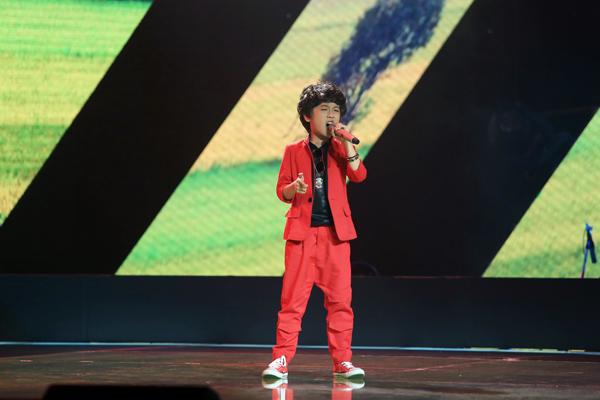 Lương Gia Khiêm, 9 tuổi đến từ Hà Nội chọn ca khúc Lì và Sáo của Mai Văn Chung để tham gia dự thi.