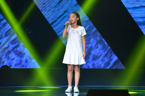 Nguyễn Ngọc Mỹ An, 9 tuổi đến từ TP HCM thể hiện ca khúc Biển hát chiều nay (Sáng tác: Hồng Đăng).