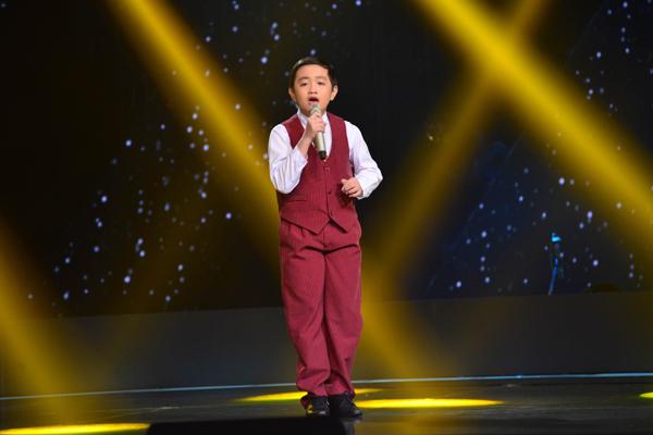 Nguyễn Trương Thế Thanh, 13 tuổi đến từ Bình Chánh thể hiện ca khúc mang âm hưởng dân ca Phương xa nhớ mẹ