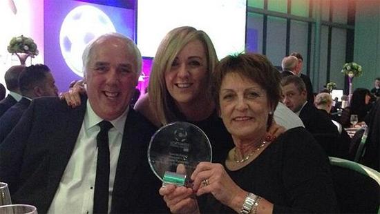 Ông Neville và vợ, bà Jill, chụp ảnh cùng con gái Tracey, cựu tuyển thủ bóng lưới của Anh và hiện là HLV tuyển bóng lưới Anh, tại một sự kiện năm 2013.