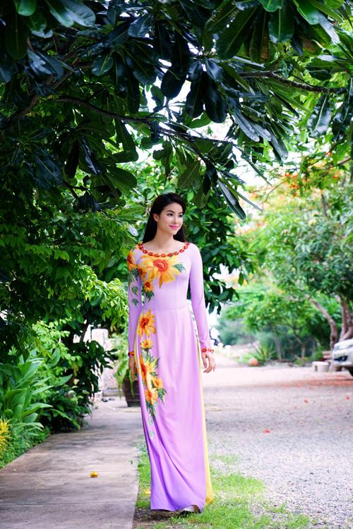 Phạm Hương đằm thắm, dịu dàng với áo dài hoa