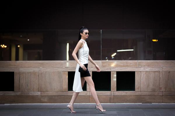 Mẫu áo hig low (áo đuôi tôm) màu trắng được Kha Mỹ Vân phối hợp một cách đầy ngẫu hứng với chân váy ngắn, váy xếp li dáng midi.
