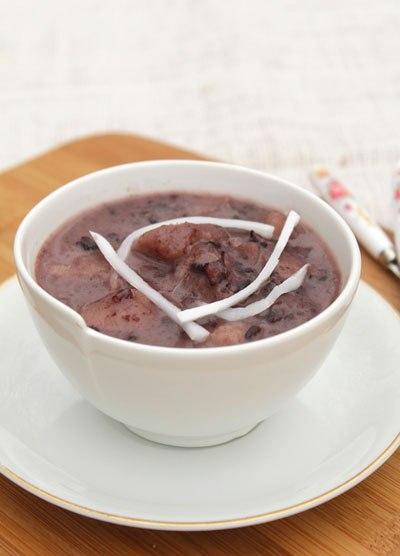 Món chè kết hợp vị bùi của khoai sọ với vị dẻo của nếp và béo ngậy của nước cốt dừa, lại có màu tím đẹp mắt.