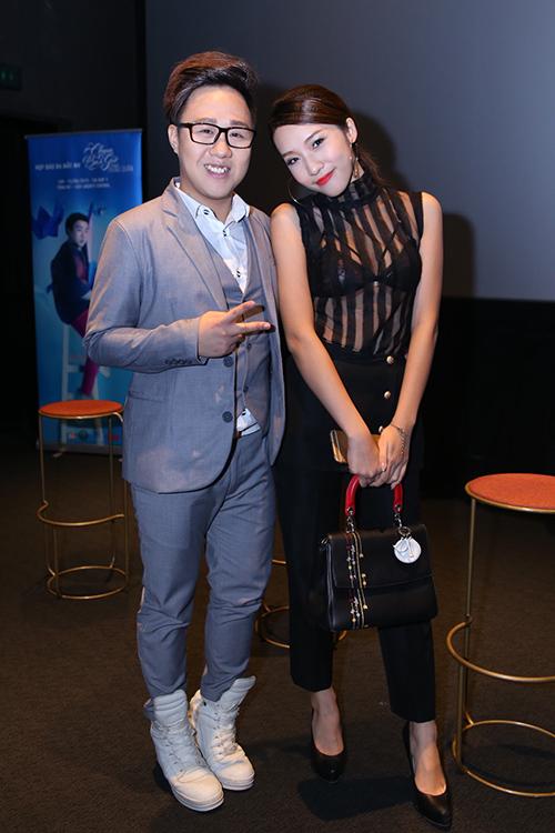 Emily là một trong những hot girl có tiếng ở Hà Nội. Vài năm gần đây cô lấn sân làm ca sĩ, được chú ý với một số MV được đầu tư công phu. Emily vừa có quyết định Nam tiến để phát triển sự nghiệp.