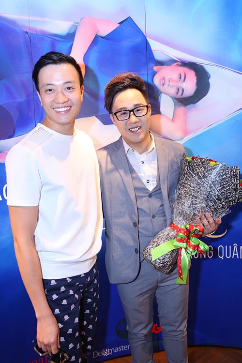 Diễn viên Lương Mạnh Hải đến chúc mừng Trung Quân. Trung Quân là người thể hiện ca khúc nhạc phim 'Con ma nhà họ Vương' mà Lương Mạnh Hải sản xuất.