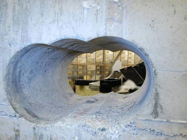 hôm 7/4 tại một căn hầm ký gửi trên phố Hatton Garden, nơi nổi tiếng là trung tâm trang sức của London.