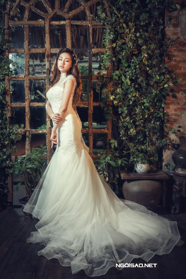 Á hậu Tú Anh diện váy cưới ren cổ điển