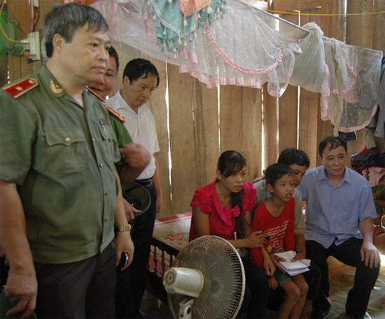 [Caption]Lãnh đạo tỉnh Yên Bái thăm hỏi gia đình nạn nhân Phàn Thị Hoa.