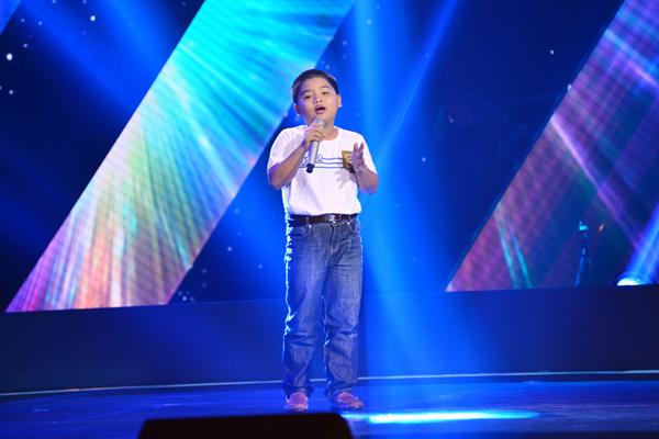 Ngô Anh Quốc, 11 tuổi đến từ Đồng Nai trình bày ca khúc Nhật ký về mẹ (Sáng tác: Đinh Mạnh Ninh).