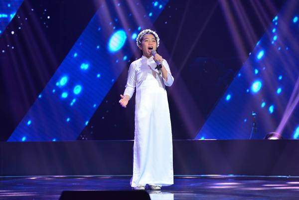 Nguyễn Khánh Linh, 11 tuổi đến từ Hải Phòng trình bày ca khúc Để gió cuốn đi (Sáng tác: Trịnh Công Sơn).