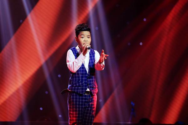 Nguyễn Trọng Tiến Quang, 11 tuổi đến từ Hà Nội trình bày ca khúc Cha và con trai (Sáng tác: Châu Đăng Khoa).