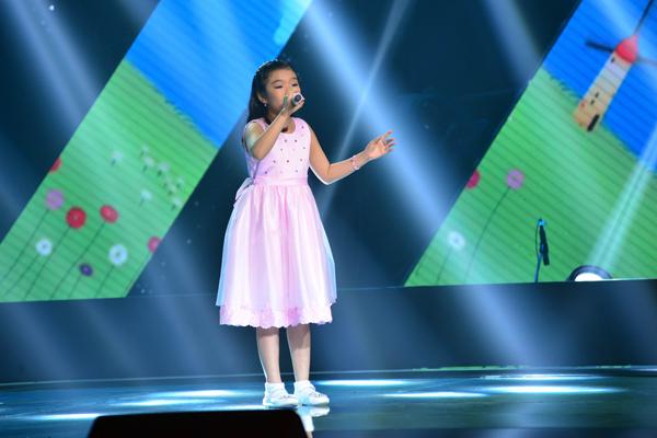 Phạm Phương Khanh học trò cũ của Cẩm Ly trở lại với cuộc thi bằng ca khúc When a child is born (Sáng tác: Ciro Dammicco) theo phong cách opera.