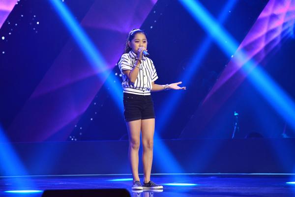 Trương Nhã Thy, 12 tuổi đến từ Hồ Chí Minh thể hiện ca khúc Đường về xa xôi (Sáng tác: Thanh Bùi, Dương Khắc Linh, Hoàng Huy Long).