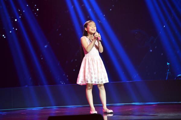 Vũ Thị Hải Yến, 10 tuổi đến từ Hải Phòng một sáng tác của nhạc sĩ Trần Tiến với tựa đề Mẹ tôi để thể hiện trong vòng thi Giấu mặt.