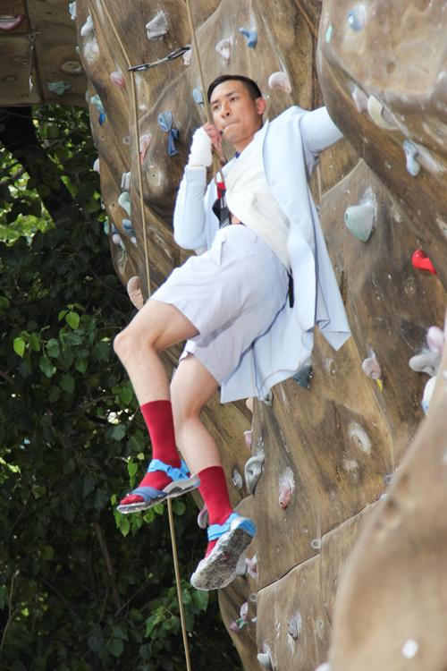 Hoàng Gia Anh Vũ là thí sinh kém nhất trong nhóm nam, một phần do đôi sandal có độ ma sát kém đã gây cản trở cho thí sinh này trong quá trình chụp ảnh.