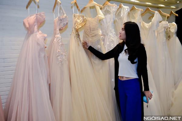 Ngọc Lan tươi tắn thử váy cưới làm cô dâu