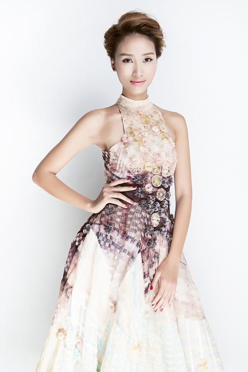 Trang Khiếu gợi cảm với váy đính kết thủ công
