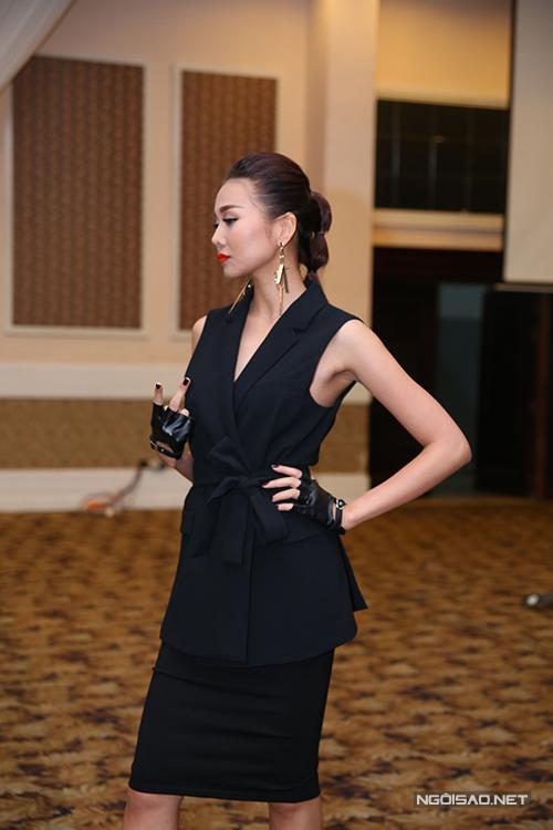 Phong cách thời trang theo khuynh hướng tối giản, khai thác nét gợi cảm và thanh lịch được Thanh Hằng yêu thích khi góp mặt tại Vietnam's Next Top Model 2015.
