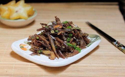 Vị đậm đà của cá cơm khô được kho cùng với khế, không hề ngấy và có vị cay nhẹ, được dùng kèm với cơm, dân dã nhưng ngon miệng.