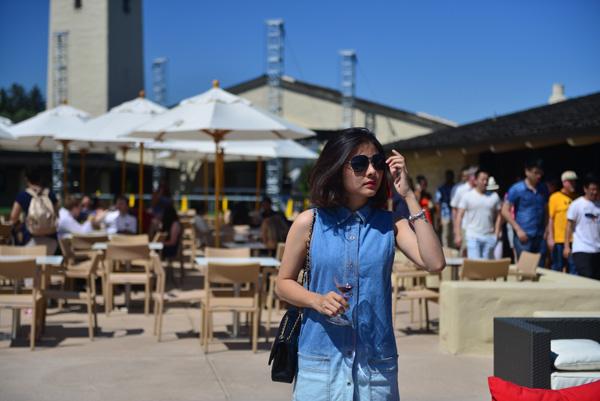 [Caption]Vân Trang đã dành nhiều thời gian để tham quan và chụp hình lưu niệm tại những nơi này. Vân Trang thể hiện phong cách ăn mặc khá đơn giản và thoải mái khi đi du lịch.
