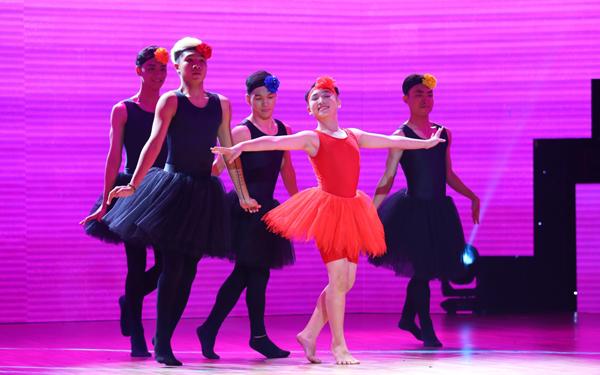Cậu bé Minh Đức làm cả trường quay cười nghiêng ngả khi làm một nàng thiên nga biến hoá liên tục, khi duyên dáng múa ballet, mạnh mẽ nhảy hiphop và dancesport.