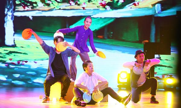 Linh Chi của đội Đoan Trang lại mang tới không gian của Hà Nội với bài thi Hiphop kết hợp dancesport trên nền nhạc của 'Singing in the rain'. 'Socola' đánh giá, Linh Chi làm tròn vai, tạo cảm giác thoải mái cho người xem. Hà Lê kể thêm, trong một tuần tập luyện, cô bé tỏ ra căng thẳng vì cảm nhận được áp lực của cuộc thi. Tuy nhiên, khi bước lên sân khấu, Linh Chi đã làm tốt, dù chưa thực sự hoàn hảo như mong ước của Hà Lê.  Anh hy vọng, học trò của mình sẽ tiếp tục theo đuổi đam mê nhảy múa.