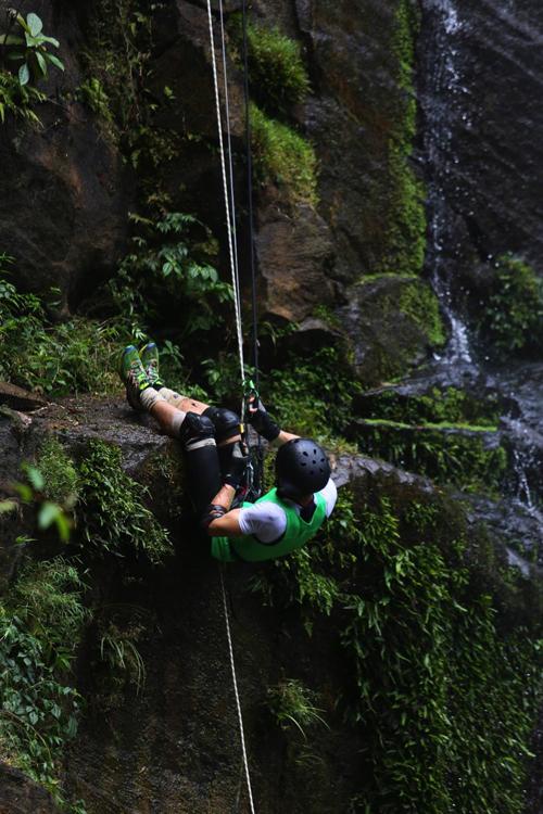 Tuy nhiên, không phải ai cũng có đủ thể lực và sự gan dạ để vượt qua thác nước cao và lớp rêu trơn.