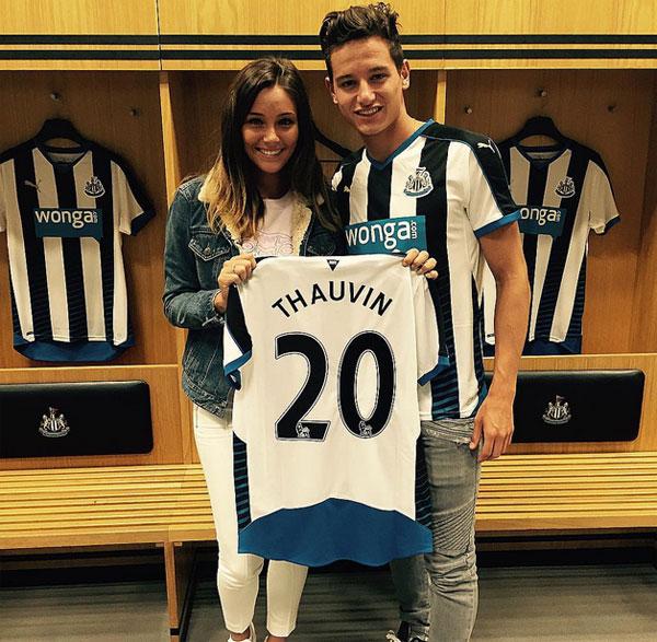 Hôm 19/8 vừa qua, đội bóng vùng đông bắc nước Anh, Newcastle vừa ký hợp đồng có thời hạn 5 năm với tiền vệ Florian Thauvin