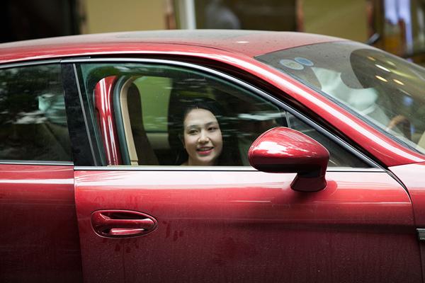Tuấn Hưng đưa vợ đi làm đẹp bằng siêu xe 10 tỷ
