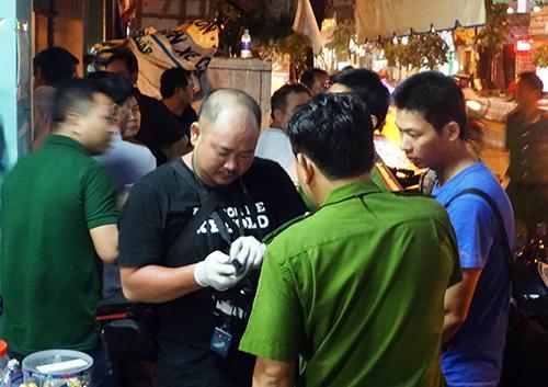 Cảnh sát khám nghiệm hiện trường. Ảnh: Hải Thuận