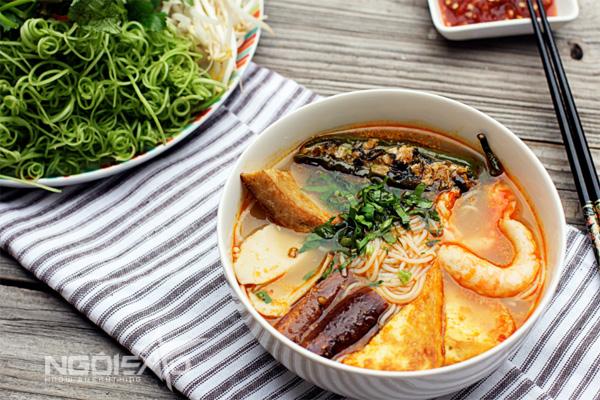 Từ món bún mắm nổi tiếng của người miền Tây Nam bộ, bạn có thể biến tấu với các loại rau củ để chế biến nên món bún chay đậm đà mà không kém phần thơm ngon.