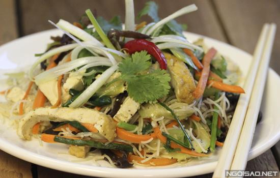 Một chút biến tấu bún gạo với các loại rau củ, nấm... giúp tạo nên món xào chay vừa ngon vừa không lo bị béo.