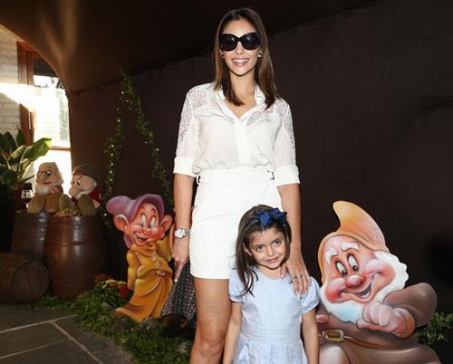 Sau thông báo chia tay, Caroline Celico thường xuyên góp mặt tại các sự kiện ở Sao Paulo, lúc đi một mình, lúc đi với con trai, con gái, với gương mặt bình thản, vui vẻ.