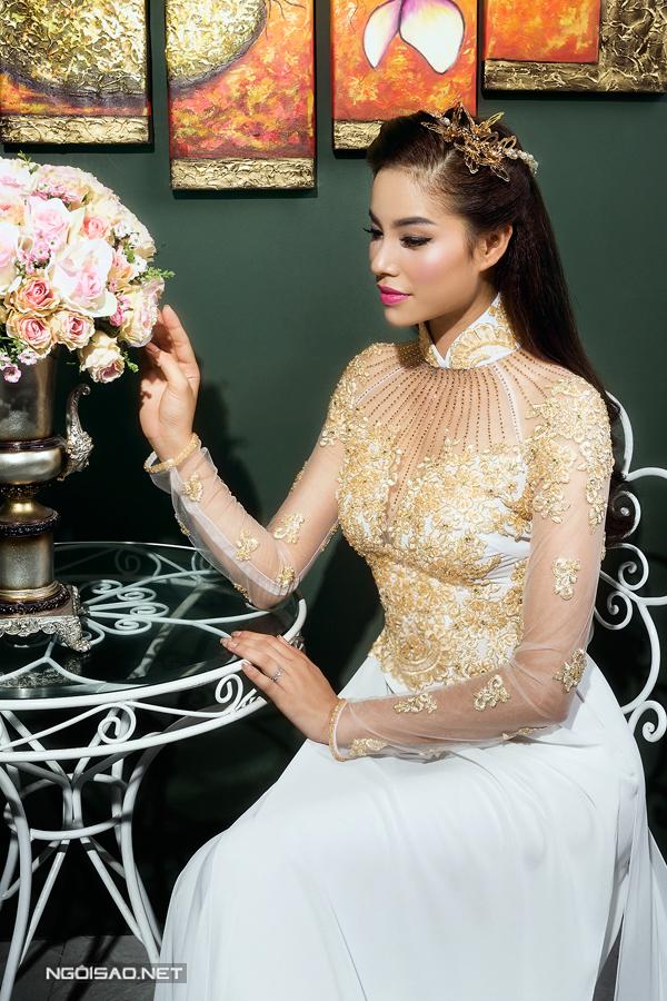 Phạm Hương xinh đẹp với áo dài cưới họa tiết 3D