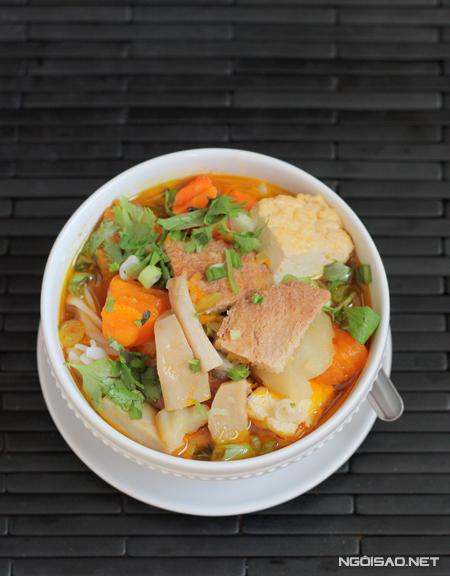 Với các nguyên liệu dễ mua như rau củ, đậu phụ bạn có thể nấu một nồi nui thơm ngon đổi vị cho cả nhà cuối tuần.