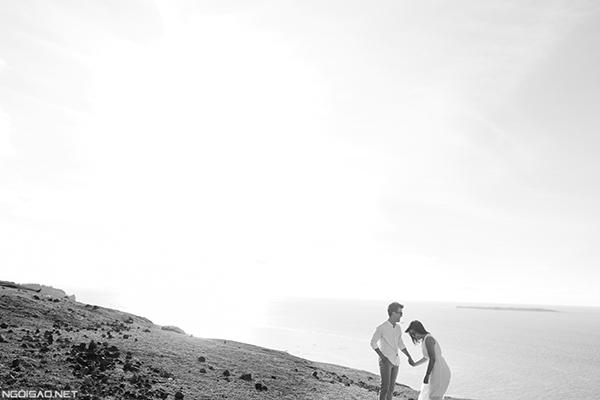 Cặp đôi chụp ảnh cưới hạnh phúc ở đảo Lý Sơn