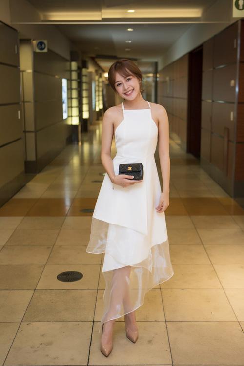 [Caption]Chi Pu nhẹ nhàng và cá tính trong trang phục trắng thanh lịch với phụ kiện trang nhã,