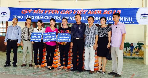 Đại diện Vinamilk trao tặng 500 thùng sữa cho 3 trường mầm non tại Quảng Ninh.