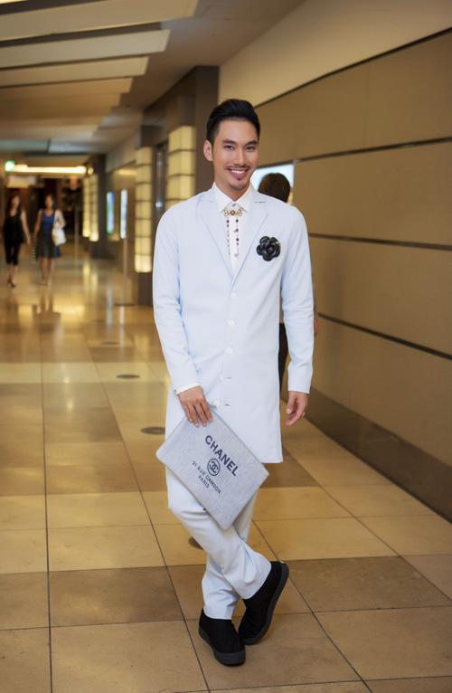 [Caption]Lý Quý Khánh mang dáng vẻ của một quý ông thượng lưu với phụ kiện tinh tế và cá tính.