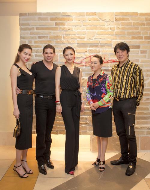 [Caption] Tại buổi tiệc, Hoa hậu hoàn vũ Riyo Mori rất vui mừng khi được gặp lại Hồ Ngọc Hà và nhà thiết kế Lý Quý Khánh. Ngoài việc hỏi thăm và trò chuyện cùng Hà Hồ,
