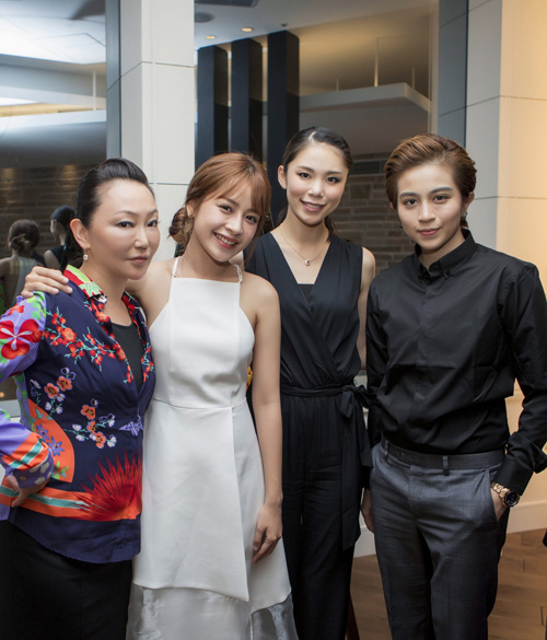 [Caption]cựu hoa hậu hoàn vũ thế giới không ngừng khen ngợi vẻ đẹp làn da của Chipu và Gil Lê.