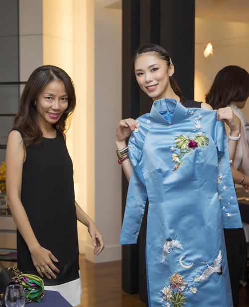 [Caption]Riyo Mori nhận món quà là bộ áo dài màu xanh đặc biệt được đặt may riêng cho cô.