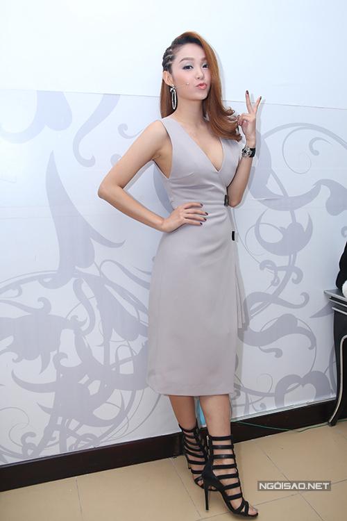 Những mẫu váy được thiết kế riêng với nhiều chi tiết độc đáo giúp hình ảnh của Minh Hằng luôn mới lạ trong các tập phát sóng của chương trình.
