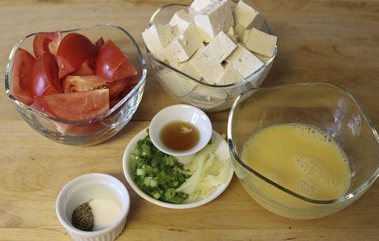 Nguyên liệu đơn giản với cà chua, trứng và đậu phụ nhưng khi kết hợp với nhau lại tạo nên món canh thanh mát rất thích hợp trong những ngày hè nắng nóng.